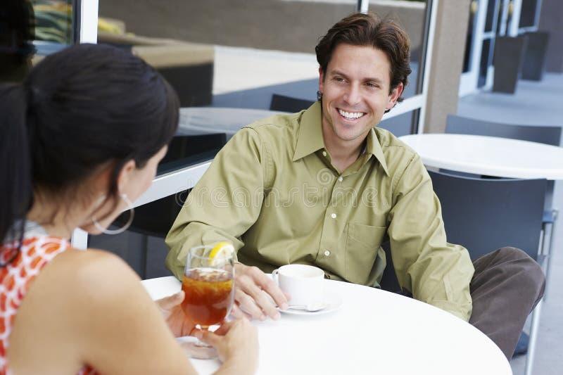享受与妇女的人咖啡日期 图库摄影