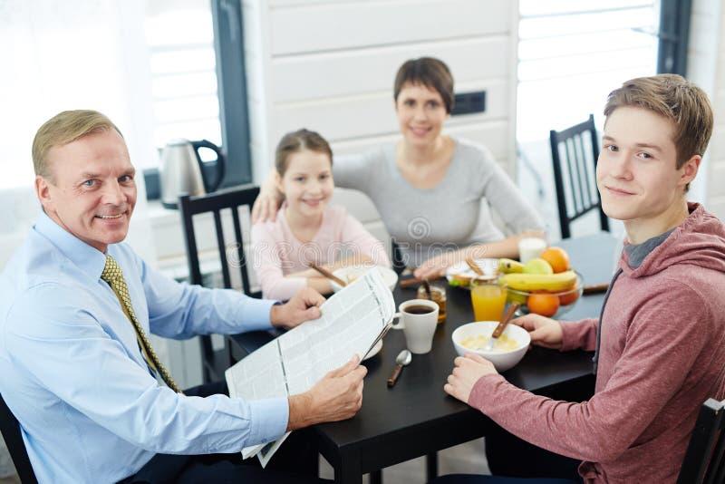 享受与家庭的早晨 免版税库存图片