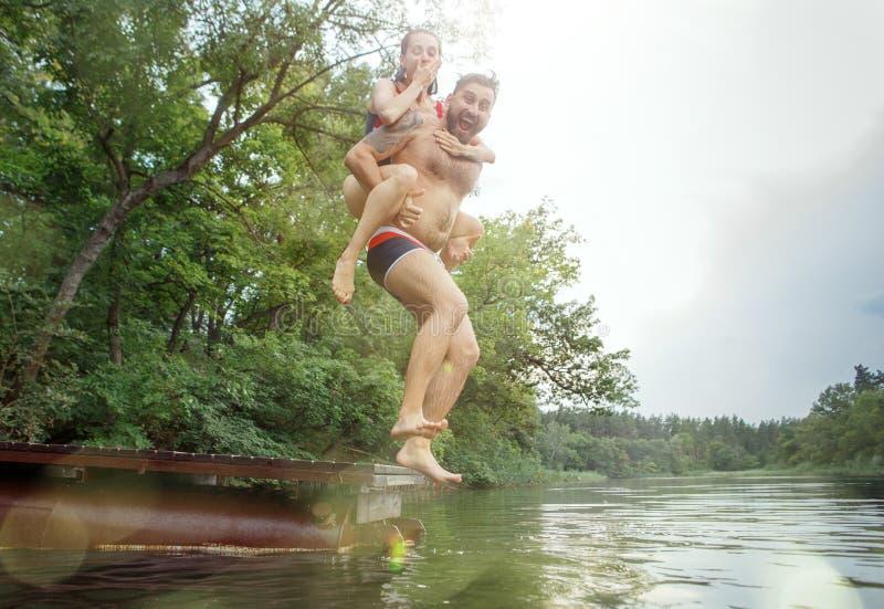 享受与朋友的河党 小组河的美丽的愉快的青年人一起 免版税库存照片