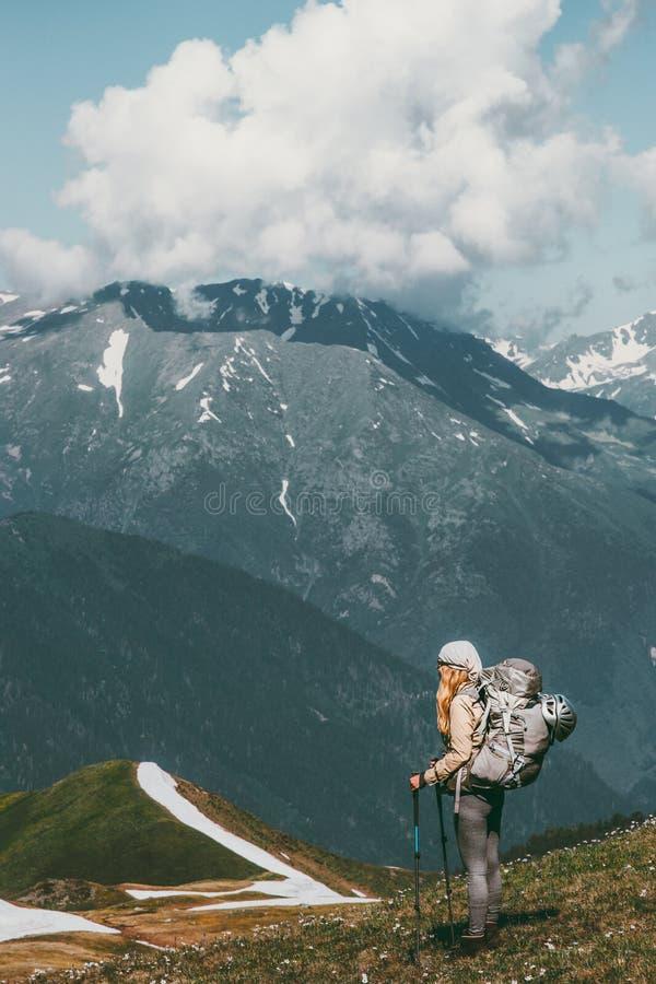 享受与背包的妇女远足者山景 免版税库存照片