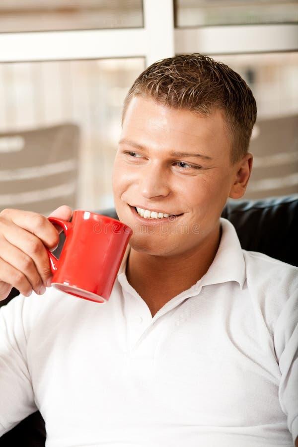 享受人handosme的咖啡 库存图片