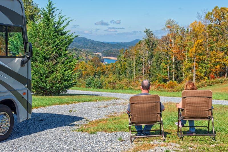 享受从他们的露营地的RV夫妇看法 免版税库存照片