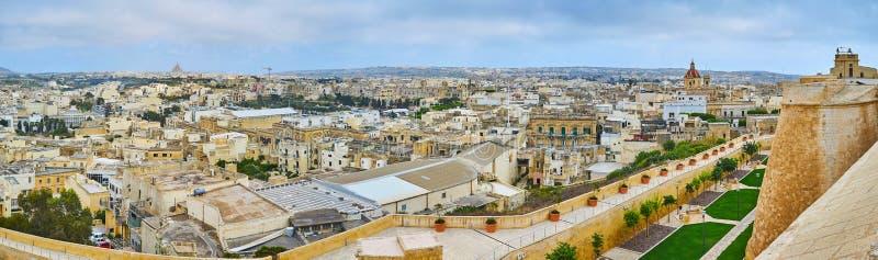 享受从拉巴特,维多利亚,戈佐岛,马耳他的都市风景 免版税库存照片