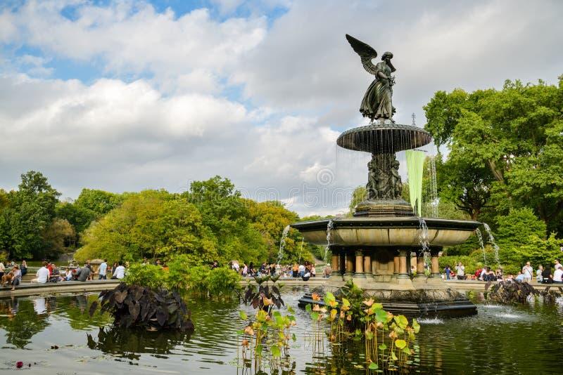 享受他们的时间的人们在贝塞斯达喷泉旁边在中央公园,纽约 库存照片
