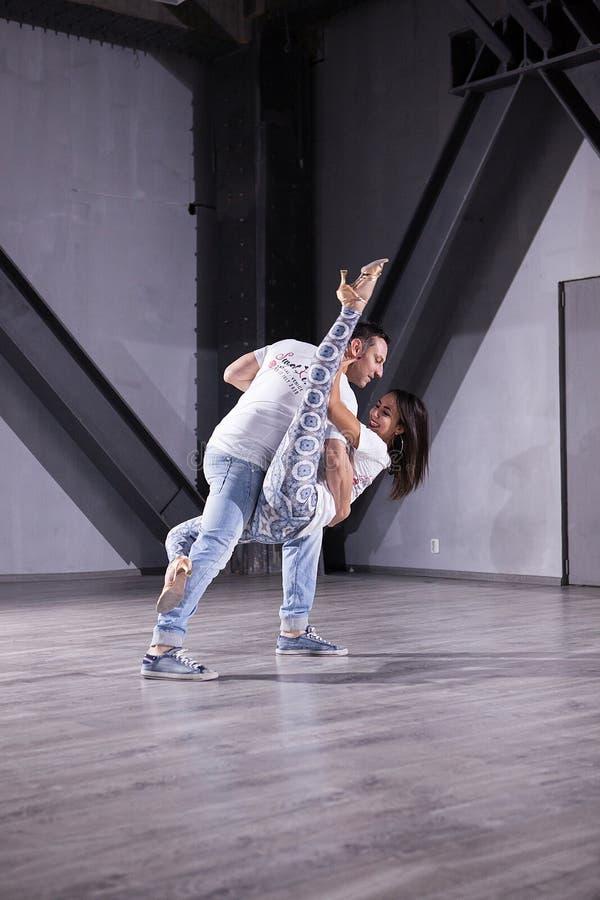 享受他们的激情的拉丁美州的舞蹈家 kizomba姿势美好的样式  库存照片