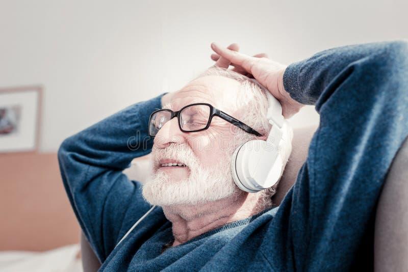 享受他的休息的高兴年长人 免版税库存照片