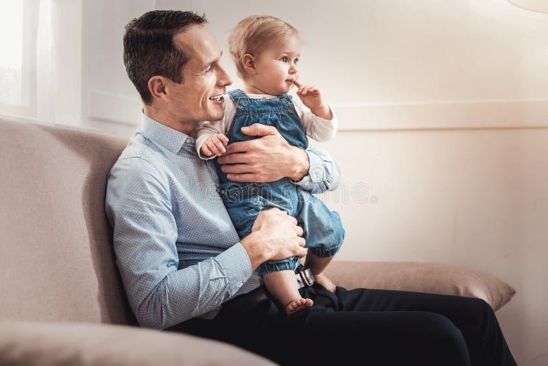 享受他的父权的正面好人 免版税库存图片