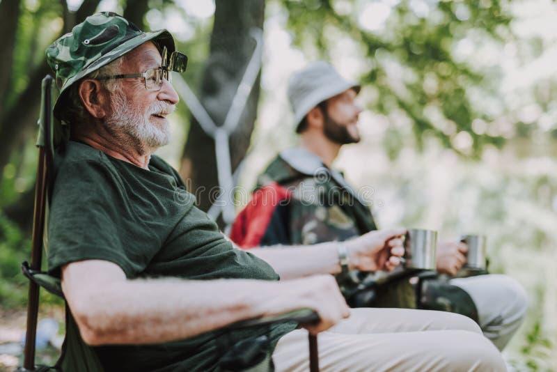 享受他钓鱼的周末的快乐的年长人 免版税库存图片