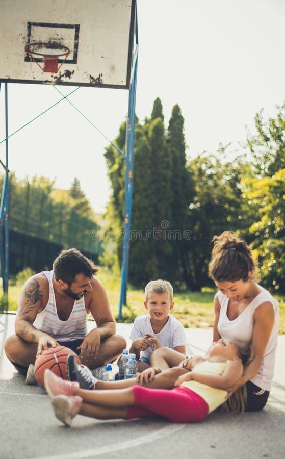 享受体育的家庭 免版税库存图片
