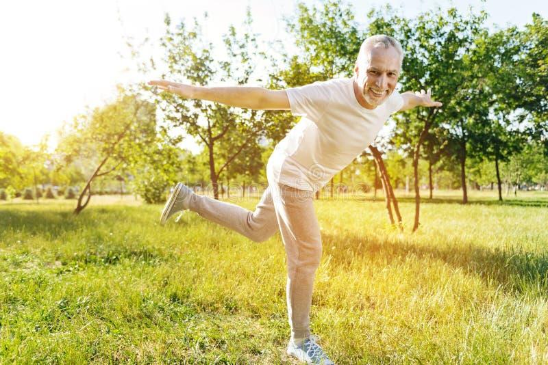 享受体育锻炼的快乐的老人 库存图片
