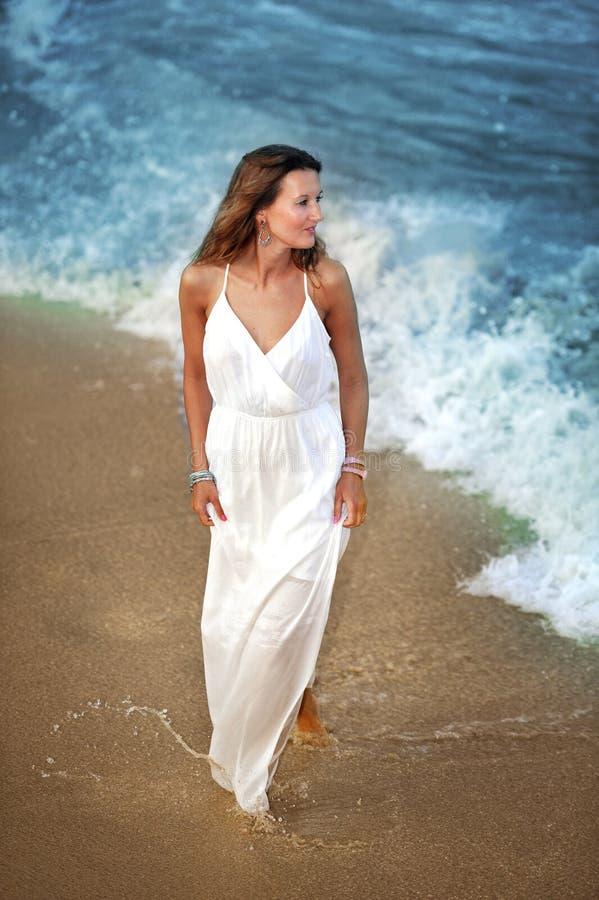 享受假期暑假的可爱和美丽的妇女在西班牙沿岸航行走在海滩的村庄 库存图片