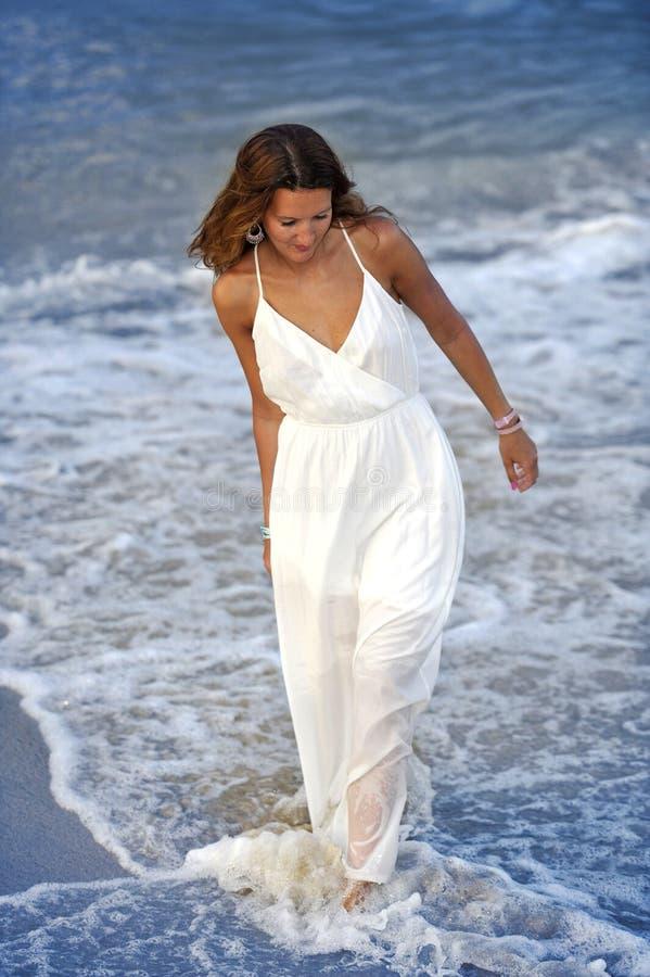 享受假期暑假的可爱和美丽的妇女在西班牙沿岸航行走在海滩的村庄 库存照片