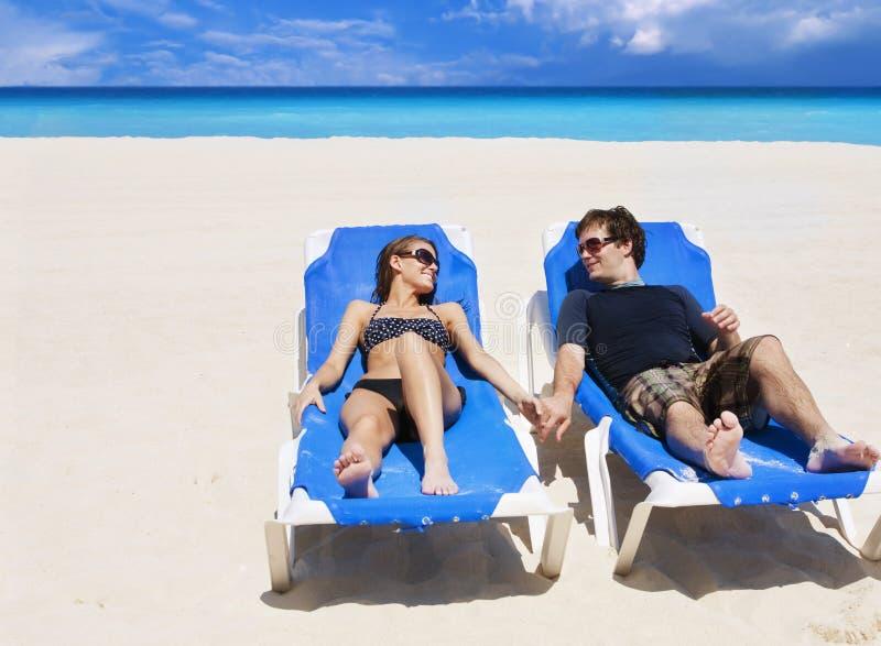 享受假期的海滩美好的夫妇 库存图片