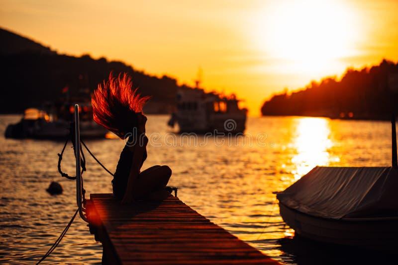 享受假期的肉欲的无忧无虑的夏天妇女 海边重音较少生活方式 享有生活的适合的旅客 充分能源 精力充沛 图库摄影