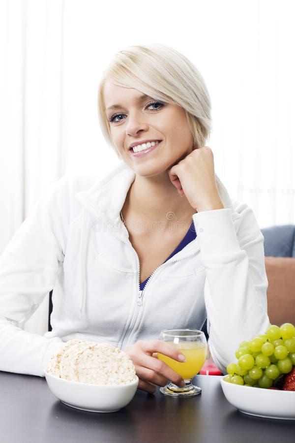 享受健康饮食的微笑的妇女 免版税库存照片