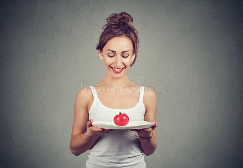 享受健康饮食的愉快的女孩 库存图片