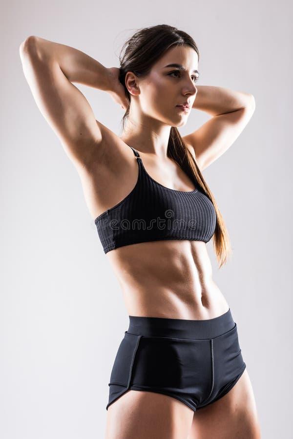 享受健身的年轻体育妇女被隔绝在白色背景 库存照片