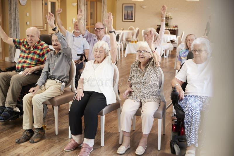 享受健身类的小组前辈在养老院 库存图片