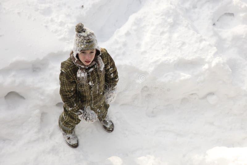 享受冬天的十几岁的男孩 免版税库存图片