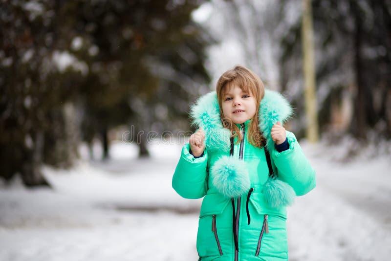 享受冬天的小孩美丽的画象  免版税库存图片