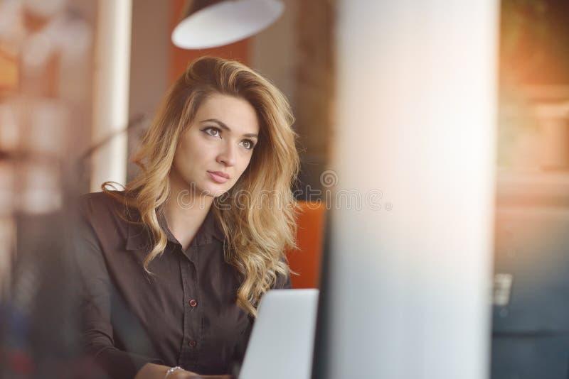 享受创造性的运作的过程的企业的快乐的雇主画象在现代办公室户内 免版税库存照片