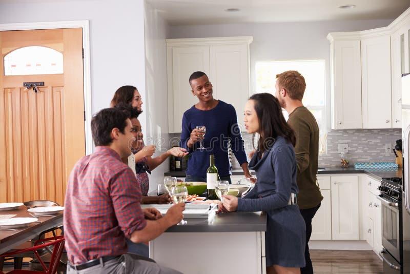 享受前晚餐的小组朋友在家喝 库存照片