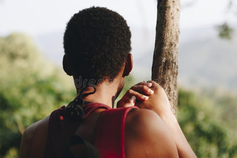 享受单独自然的妇女 免版税库存照片