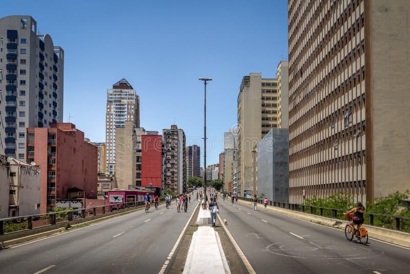 享受周末的人们在叫作Minhocao Elevado Presidente若昂戈拉特-圣保罗的高的高速公路,巴西 免版税库存图片