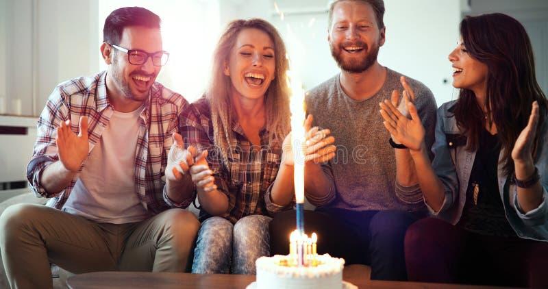 享受和庆祝生日和集会的小组朋友 免版税库存图片