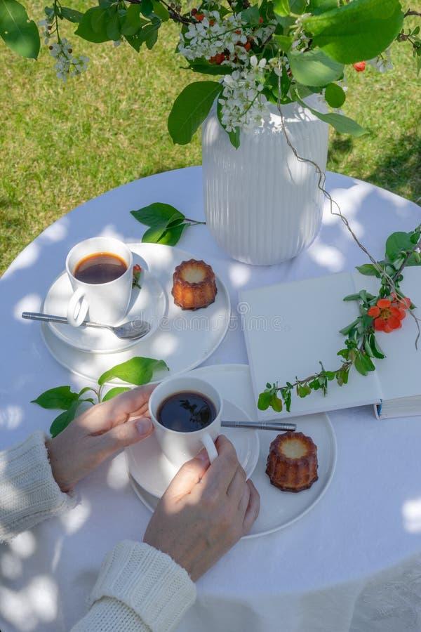 享受咖啡时间在庭院里 图库摄影