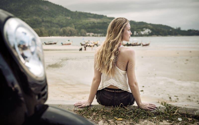 享受在一个热带海滩的肉欲的小姐夏天 免版税库存图片