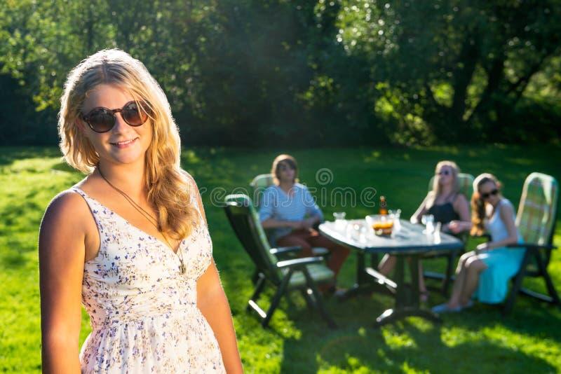 享受在一个晴朗的下午的朋友游园会 免版税图库摄影