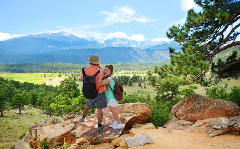 享受在假期旅行的家庭时间在山 免版税图库摄影