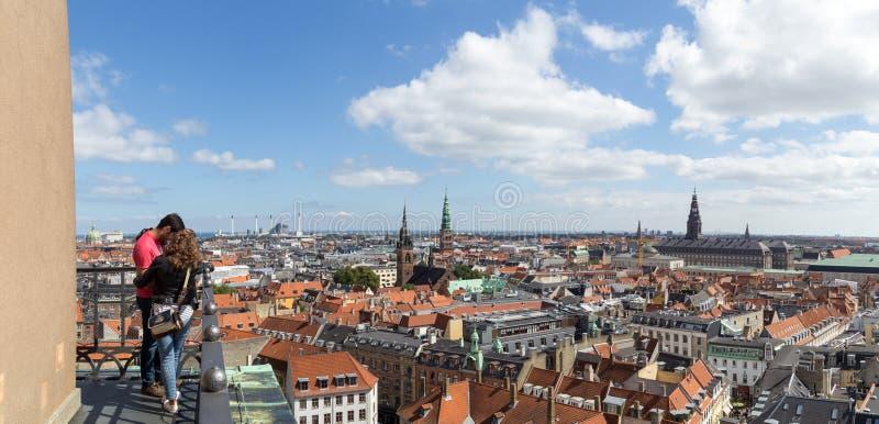 享受在哥本哈根的夫妇全景 免版税库存照片