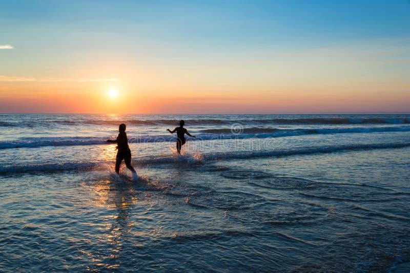 享受在大西洋的人剪影日落 免版税库存照片
