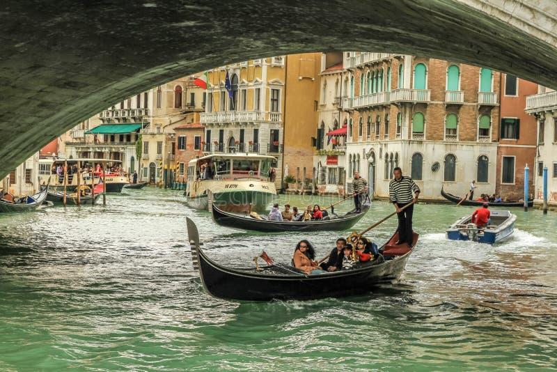 享受在大运河的长平底船乘驾在威尼斯 免版税图库摄影