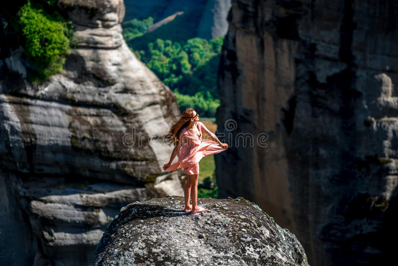 享受在山的妇女自然 免版税库存照片