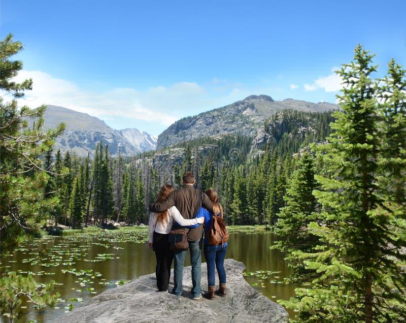 享受在山的家庭时间在度假 免版税图库摄影