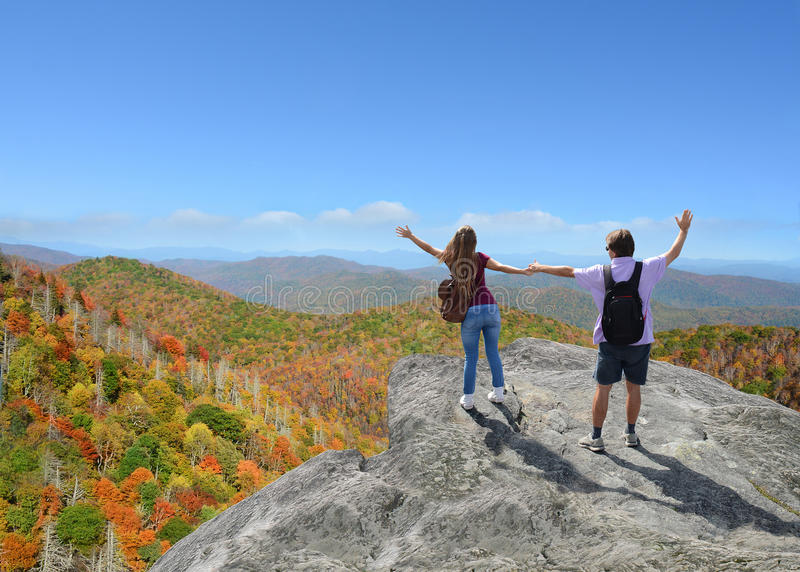享受在山的家庭时间在度假 免版税库存图片