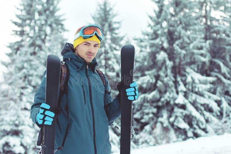 享受在山的年轻人滑雪者冬天 免版税库存图片