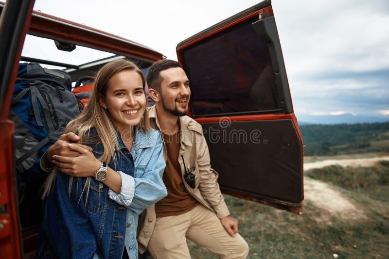 享受在山的快乐的年轻夫妇旅游业 免版税库存图片