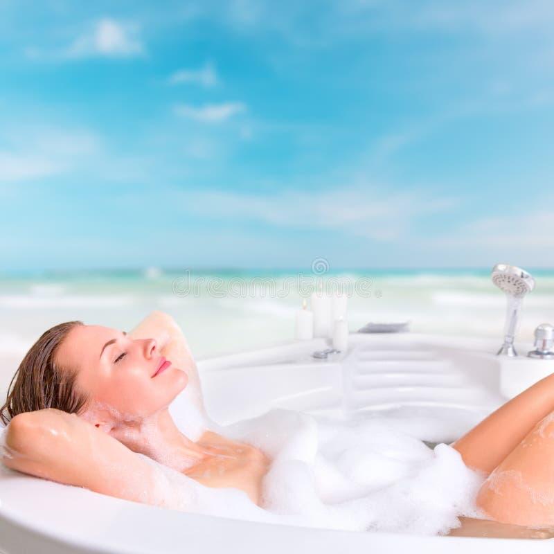 享受在手段的少妇浴 免版税库存图片