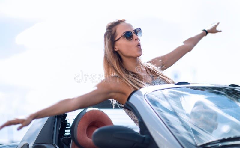 享受在敞篷车的现代女孩一次旅行 免版税图库摄影