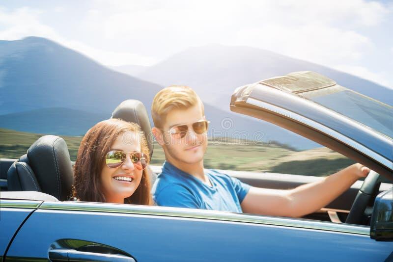 享受在汽车的夫妇乘驾 图库摄影