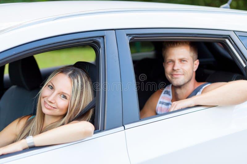 享受在汽车的青年人一roadtrip 库存图片