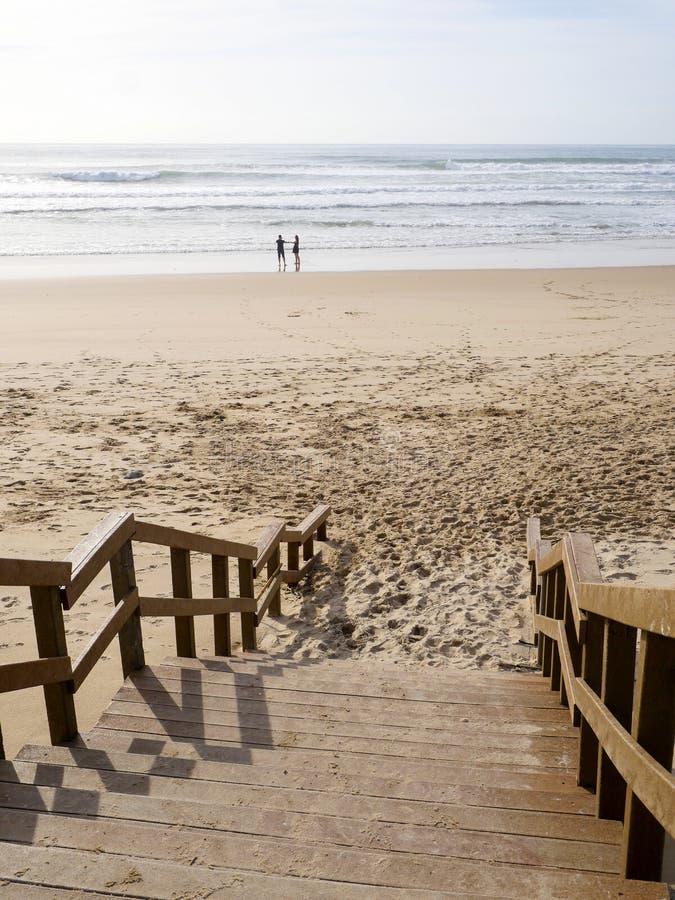 享受在海滩的愉快的浪漫夫妇美好的步行 旅行假期生活方式概念 免版税库存图片