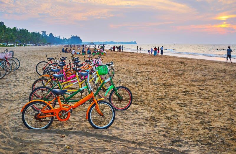 享受在海滩, Chaung Tha,缅甸的自行车乘驾 免版税库存照片
