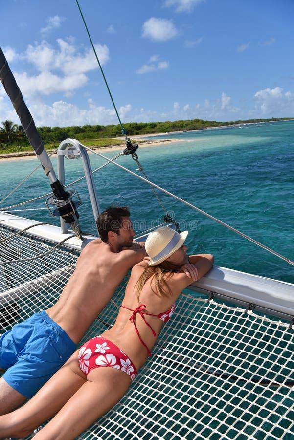 享受在海的年轻夫妇筏的视图 免版税库存图片