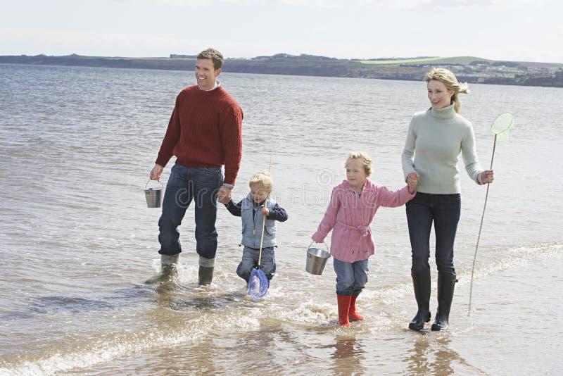 享受在海滩的家庭假期 图库摄影