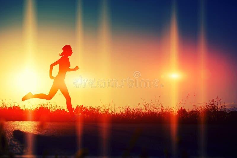 享受在海滩的美丽的女孩奔跑 免版税库存图片